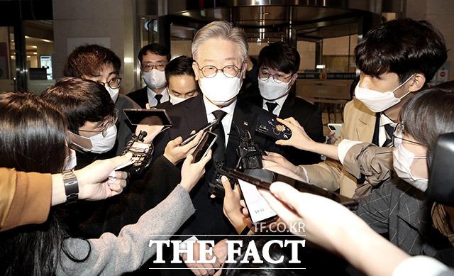 이재명 경기지사는 30일 자신의 페이스북에 검찰개혁으로 법과 원칙이 지켜지는 사회를이라는 제목의 글을 올려 검찰 개혁을 촉구했다. /이덕인 기자