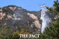 [TF포토] 북한산 화재 잔불 진화하는 소방 헬기
