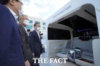 [TF사진관] '아이오닉 콘셉트 캐빈' 살펴보는 문재인 대통령