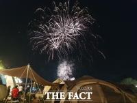 [TF포토] 가을밤 수놓은 캠핑장 불꽃놀이