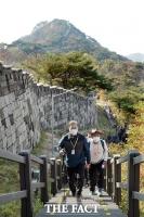 [TF사진관] 북악산 공개 앞두고 점검 산행하는 문재인 대통령