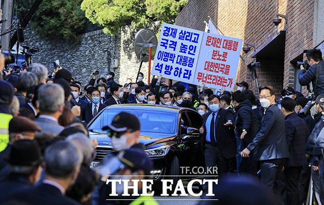 중앙지검으로 향하는 이 전 대통령의 차량.