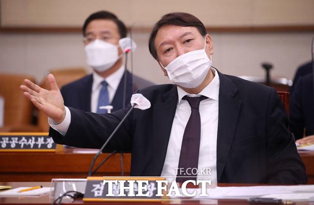 지난달 22일 국회에서 열린 법제사법위원회의 대검찰청에 대한 국정감사에 출석한 윤석열 총장. /국회=이새롬 기자