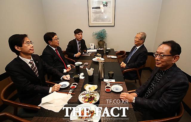 김종인 국민의힘 비상대책위원장(오른쪽 두번째)과 부산지역 중진의원들이 2일 오후 서울 여의도 한 식당에서 오찬을 갖고 있다. 왼쪽부터 조경태 의원, 서병수 의원, 하태경 의원, 김 위원장, 김도읍 의원