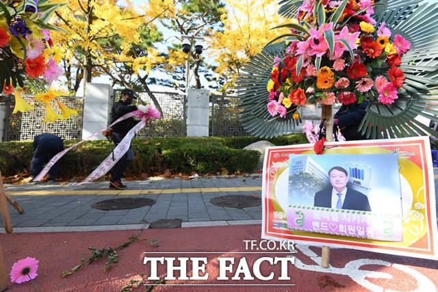 철거되는 대검찰청 앞 화환들. /임세준 기자