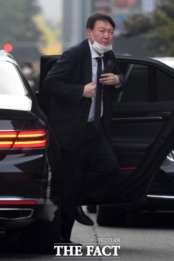 국정감사중 점심 시간에 여의도의 한 식당에 도착한 윤석열 총장의 모습. /남용희 기자