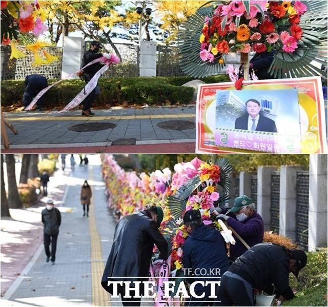윤석열 검찰총장을 응원하는 메시지가 적힌 화환 꽃길이 2일 오전 철거되고 있다. /임세준 기자
