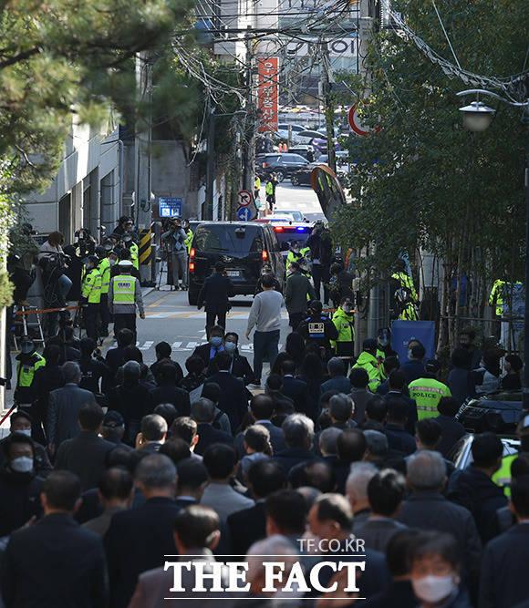 지지자들과 취재진 뚫고 검찰로 향하는 이 전 대통령의 차량 행렬.
