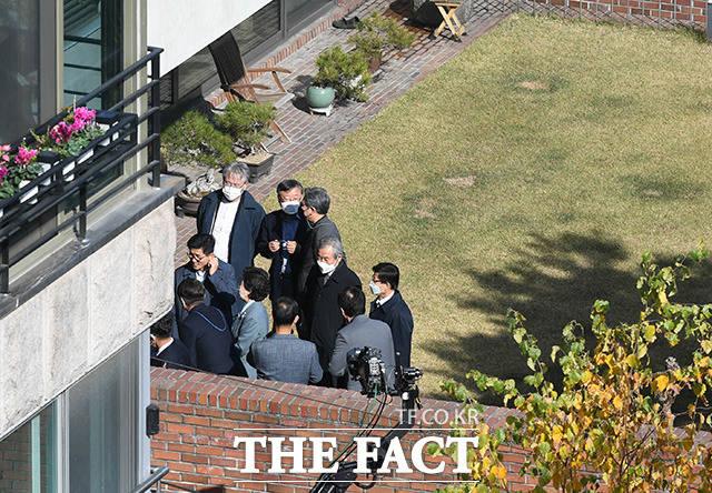 이동관 전 청와대 홍보수석을 비롯한 이명박 전 대통령의 측근들이 사저에 모여 있다.