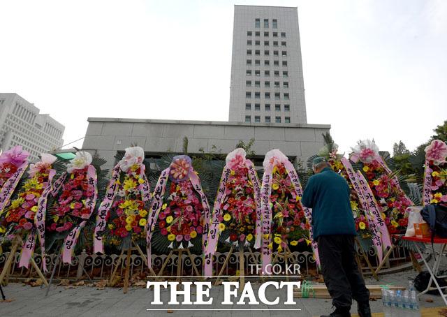 지난 26일 대검찰청 앞에 놓인 화환들. /이선화 기자