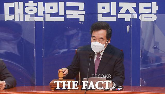 이낙연 더불어민주당 대표가 2일 오전 서울 여의도 국회에서 열린 최고위원회의에서 의사봉을 두드리고 있다. /이새롬 기자