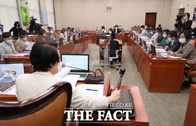 지난 9월17일 오전 국회에서 열린 여성가족위원회 전체회의에서 정춘숙 위원장이 의사봉을 두드리고 있다./더팩트DB