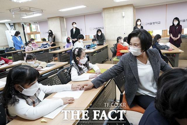 학생들과 즐거운 시간 보내는 김정숙 여사