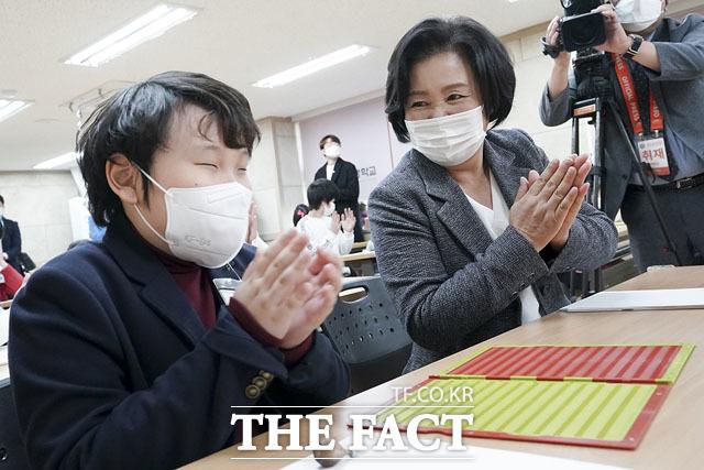 김정숙 여사(오른쪽)가 3일 오전 서울 종로구 국립서울맹학교에서 94주년 점자의 날을 기념해 열린 2020학년도 점자대회에 참석해 학생들과 점자찍기 게임을 하며 박수를 치고 있다. /청와대 제공