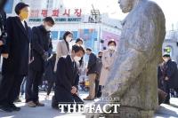 [TF사진관] 전태일 50주기, 무릎 꿇은 김종철 정의당 대표