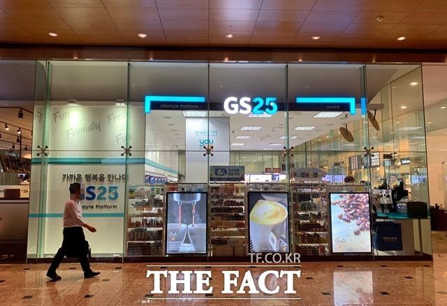 BGF리테일 3분기 매출액은 6.3% 증가한 1조6828억 원, GS리테일 3분기 매출액은 1.1% 감소한 2조3488억 원이다. /이민주 기자