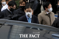 [TF포토] 법정 나서는 김경수, '덤덤한 표정'