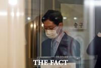 [TF포토] '2심도 징역2년' 법원 나오는 김경수 지사