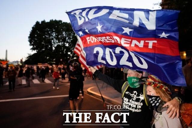 4일(현지시간) 조 바이든 민주당 대선 후보 지지자들이 현수막을 들고 백악관 근처 거리에서 행진하고 있다. /워싱턴=AP.뉴시스