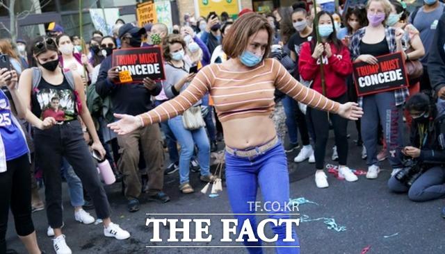 6일(현지시간) 미 펜실베이니아주 필라델피아의 필라델피아 컨벤션 센터 앞에서 시위대가 개표 결과를 기다리며 모여 있다. /필라델피아=AP.뉴시스