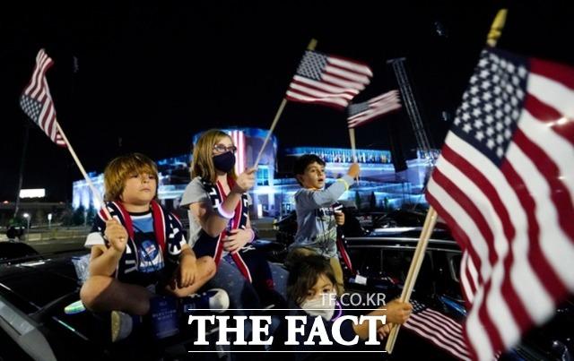 조 바이든 대통령 당선인의 지지자들이 7일(현지시간) 미 델라웨어주 윌밍턴에서 당선인의 연설을 기다리며 환호하고 있다. /윌밍턴=AP.뉴시스