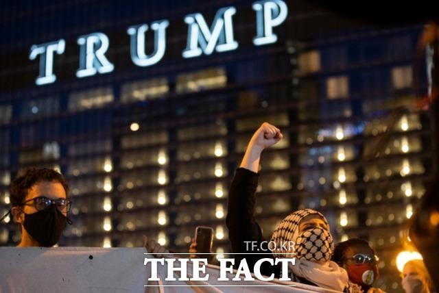 7일(현지시간) 미 일리노이주 시카고에 있는 트럼프 타워 부근에서 수백 명의 조 바이든 후보 지지자들이 그의 대통령 당선을 축하하고 있다. /시카고=AP.뉴시스