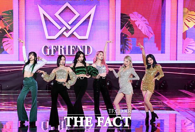걸그룹 여자친구가 9일 오후 서울 마포구 상암동 SBS프리즘타워에서 정규 3집 回:Walpurgis Night(회:발푸르기스의 밤) 쇼케이스에 참석해 무대를 펼치고 있다. /남용희 기자