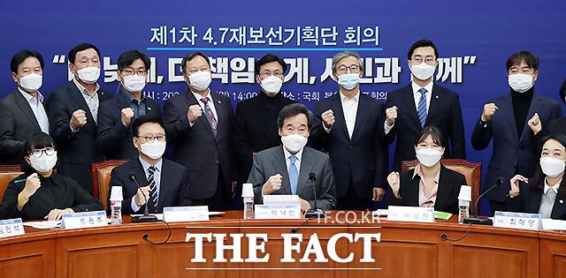 이낙연(아래 가운데) 더불어민주당 대표가 9일 서울 여의도 국회에서 열린 제1차 4.7재보선기획단 회의에서 박광온(앞줄 왼쪽 두번째) 단장을 비롯한 참석자들과 기념촬영을 하고 있다. /국회=이새롬 기자