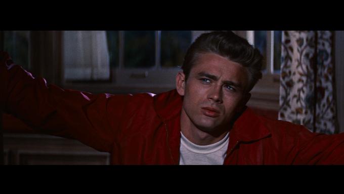 영화 이유 없는 반항에서 열연하고 있는 배우 제임스 딘. 흥행에 성공했지만 출연 배우들의 삶들이 비극으로 점철된 불행했던 영화로 회자된다./영화 이유없는 반항 캡처