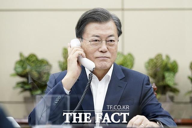 문재인 대통령이 10일 청와대에서 보리스 존슨 영국 총리와 전화 통화를 하고 있다. /청와대 제공