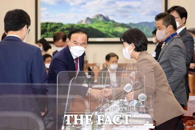 무소속 박덕흠 의원(왼쪽에서 두 번째)이 12일 국회에서 열린 환경노동위원회 전체회의에 참석해 더불어민주당 의원들과 인사를 나누고 있다. /국회=남윤호 기자