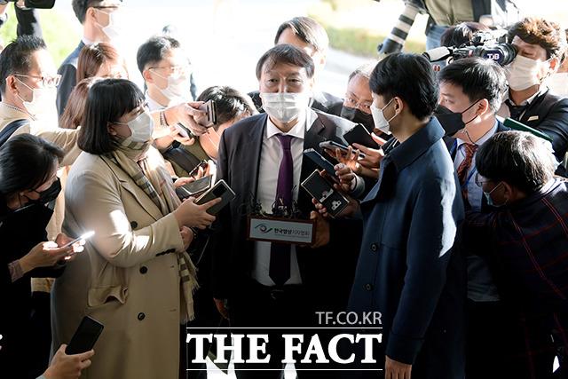 대전 방문에 관한 취재진의 질문을 받는 윤 총장(가운데).
