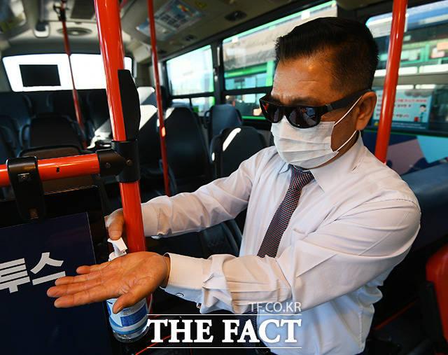 <손세정제와 마스크의 생활화> 서울시 시내버스와 지하철에는 마스크를 착용하지 않고 이용할 수 없다. 곳곳에는 손세정제도 비치돼 있다. 버스와 지하철은 특정 시간대에 이용객이 몰릴 수밖에 없어 청결 유지가 필수다.