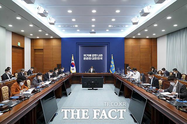 문재인 대통령이 11일 오후 청와대 여민관 영상회의실에서 2050 저탄소 발전전략 관련 보고를 받고 있다. /청와대 제공