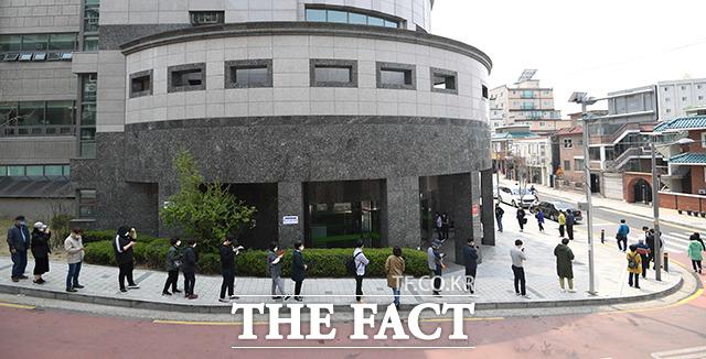 <거리두기는 필수 안전거리> 최소 1m 거리두기 간격은 코로나19 확산을 막는 안전거리다. 사진은 제21대 국회의원 선거가 진행된 지난 4월 15일 서울 은평구 불광 제7투표소에서 유권자들이 거리를 두고 줄 서 있는 모습이다.