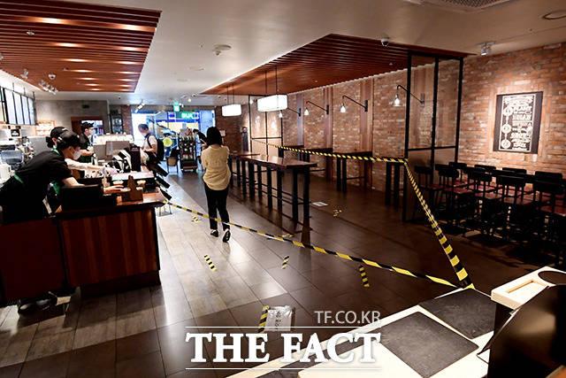 정부의 거리두기 방역 지침으로 인해 프렌차이즈 커피전문점도 빨간불이 켜졌다. 거리두기 2.5단계가 시행된 지난 8월 30일, 스타벅스는 모든 테이블과 의자를 치우고 카운터에서 포장 주문만 가능했다.