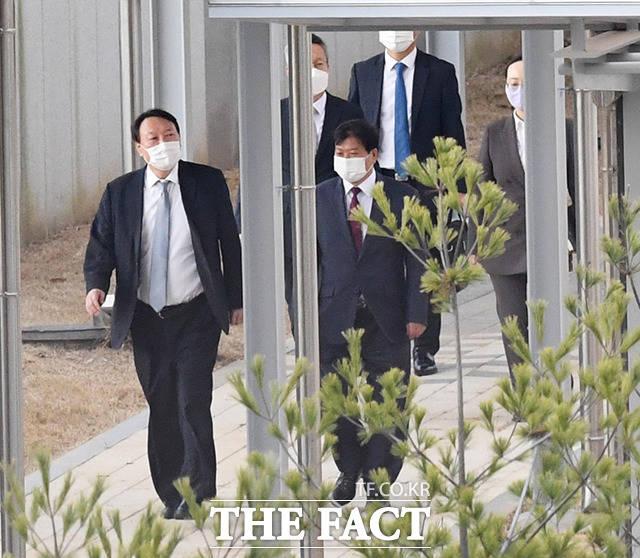 엿새 만인 9일 다시 진천 법무연수원을 찾은 윤 총장.