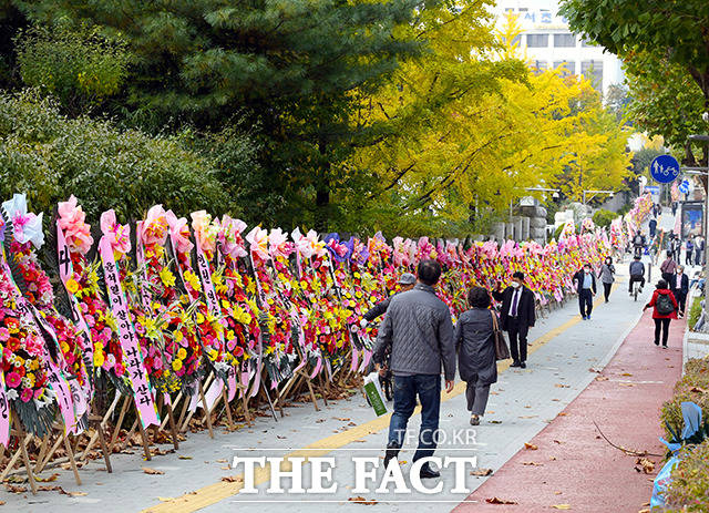 국정감사 이후 윤 총장을 응원하는 화환이 줄지어 세워진 대검찰청 정문 앞을 시민들이 거닐고 있다.
