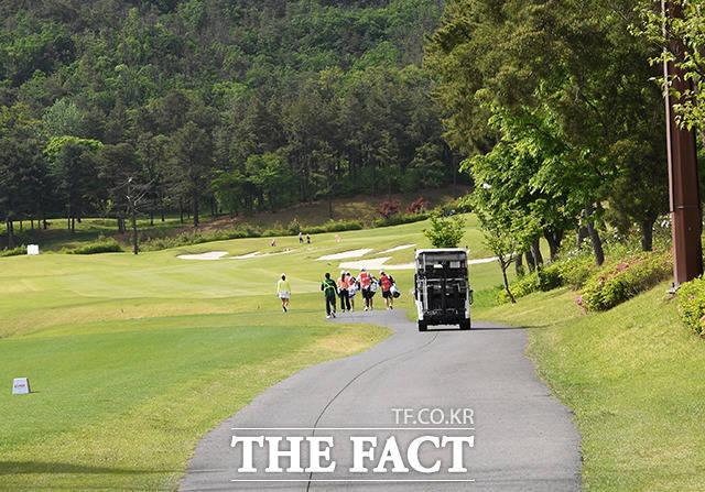 평소 갤러리로 가득한 골프장 역시 고요해졌다. KLPGA는 선수와 외부인 접촉을 완전 차단하며 무관중으로 경기를 진행하고 있다.