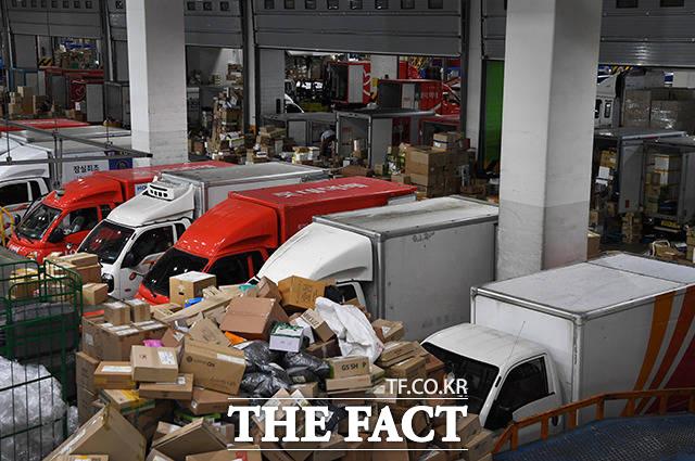 <배달과 택배량 증가> 가급적 외출을 줄이는 생활이 계속되면서 택배 물류량이 대폭 증가했다.