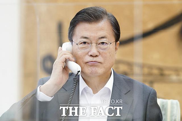 문재인 대통령이 12일 오전 조 바이든 미국 대통령 당선인과 첫 전화 통화를 하고 있다. /청와대 제공