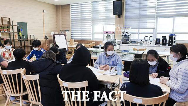 군산시 청년뜰(센터장 안태욱)은 세계 기업가정신 주간을 맞아 지난 9일부터 1주일간 지역 초·중·고·대학교에 지역 청년창업가들이 방문해 '기업가정신 릴레이 특강'을 진행했다. /군산시 제공