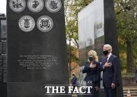 [TF사진관] 바이든, 재향군인의 날 맞아…한국전 참전기념비 헌화