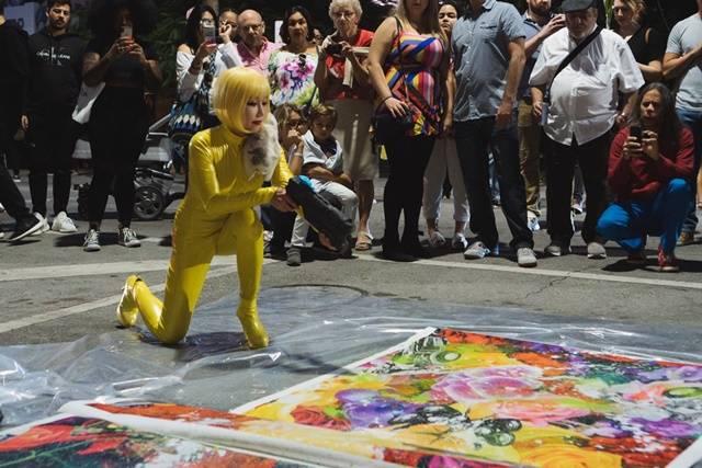 낸시 랭은 2003년 베니스 비엔날레 당시 베네치아 산마르코 광장 게릴라 퍼포먼스로 큰 주목을 받았다. 가부키 분장과 블랙스완 헤어, 하이힐과 란제리(빅토리아 시크릿) 차림으로 바이올린을 연주하는 퍼포먼스였다. /낸시 랭 제공