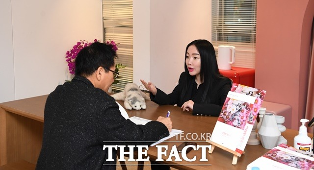 무익한 논란에 휩쓸린 게 부끄럽고 죄송하죠. 팝 아티스트 낸시 랭과의 스페셜 인터뷰는 지난 12일 그의 개인전이 열리고 있는 서울 마포구 합정동 진산갤러리에서 2시간 동안 진행됐다. / 임세준 기자