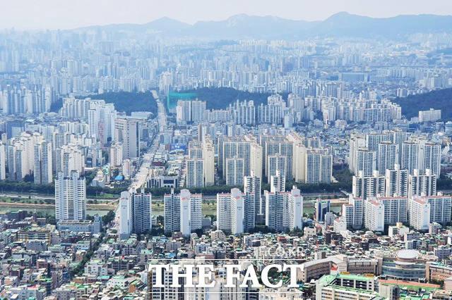 13일 부동산114가 발표한 수도권 주간 아파트 시장동향에 따르면 이번주 서울과 신도시, 경기·인천의 아파트 매매가격은 전주보다 각각 0.06%, 0.15%, 0.10% 올랐다. /더팩트 DB
