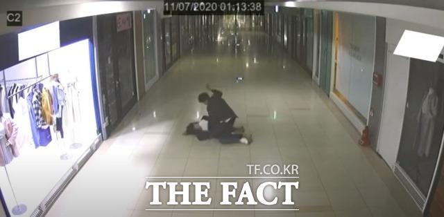 부산의 한 지하상가에서 쓰러진 여성에게 폭행을 가하는 CCTV 영상. /유튜브 영상 일부 캡처