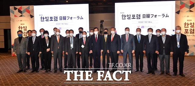 이낙연 더불어민주당 대표(가운데)가 13일 오전 서울 용산구 그랜드 하얏트 호텔에서 열린 제28차 한일포럼에 참석해 기조연설을 마친 뒤 참석자들과 기념촬영을 하고 있다. /남윤호 기자