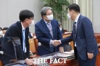 [TF포토] 노영민-김상조와 인사하는 최승재 의원