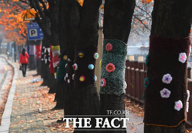 서울시 걷자 페스티벌이 비대면으로 열린 15일 오후 서울 도봉구 창동 양말 거리를 찾은 시민들이 산책을 즐기고 있다. /이동률 기자